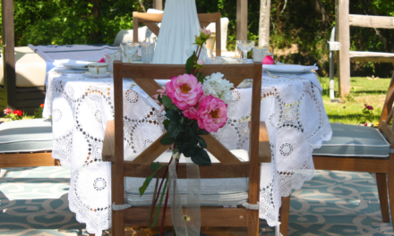 How to Arrange An Elegant Outdoor Mother's Day Table